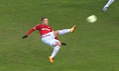 Rafał Boguski trafia na 5:0 w meczu z Jagiellonią